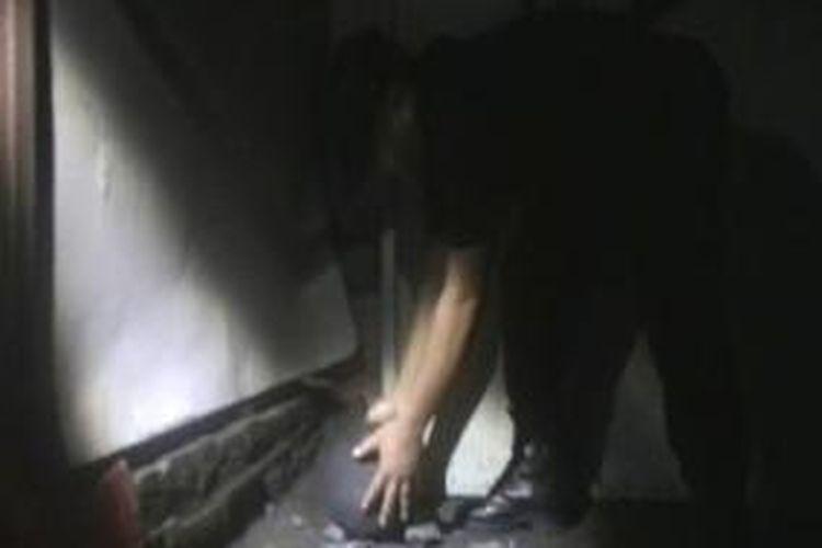 Petugas mengamankan benda mirip bom di Banjarsari, Solo, Jumat, (15/11/2013).