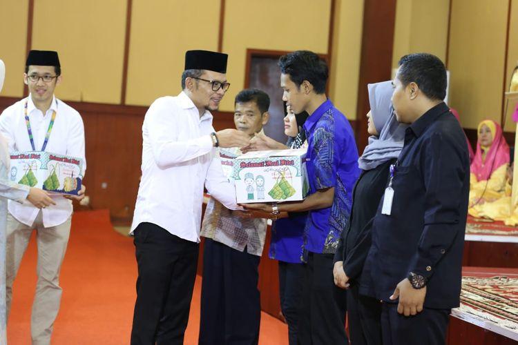 Menteri Ketenagakerjaan (Menaker) M. Hanif Dhakiri memberikan 1000 paket Ramadhan kepada pegawai di lingkungan Kementerian Ketenagakerjaan (Kemnaker), di kantor Kemnaker, Jakarta, Kamis (16/5/2019).