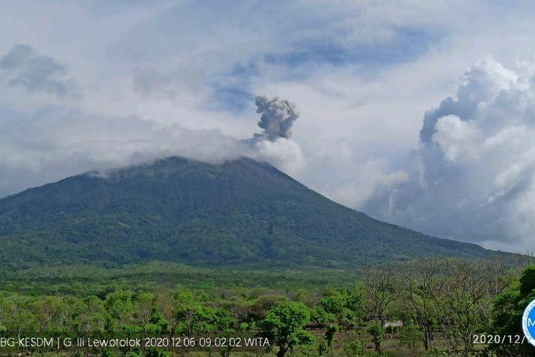 Foto : Erupsi Gunung Ile Lewotolok, Kabuapaten Lembata, NTT, Minggu (6/12/2020).