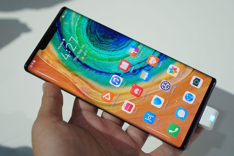 Huawei Mate 30 Pro. Layar ponsel ini melengkung di sisi kiri dan kanan, berbeda dari Mate 30 yang hanya rata. Bagian poni di Mate 30 Pro juga lebih lebar karena memuat lebih banyak komponen, termasuk pendeteksi gestur tangan.