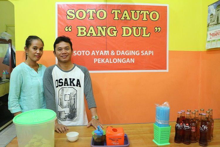 Pemilik Warung Soto Bang Dul cabang Jalan Gajah Mada, Dedek Hariyanto (32) dengan istrinya. Dedek merupakan anak kedua Bang Dul yang mengembangkan kuliner soto tauto. Ia sudah merintis usaha soto tauto sendiri sejak enam tahun yang lalu.