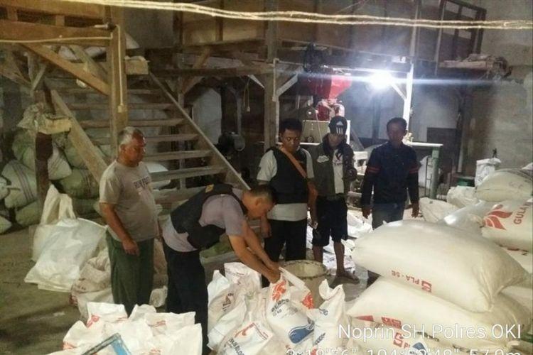 Puluhan karung beras diduga hendak diselewengkan diamankan dari sebuah lokasi pabrik di Desa Ulak Jermun OKI