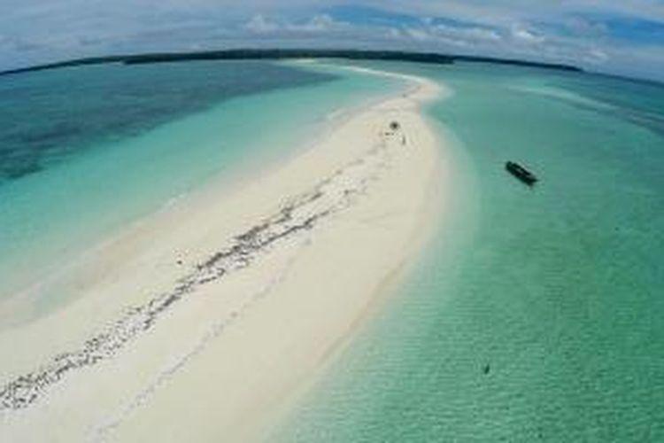 Pantai Ngur Tavur di Kabupaten Maluku Tenggara, Provinsi Maluku. Wisatawan bisa berjalan pada hamparan pasir sepanjang 2 kilometer saat air laut surut.