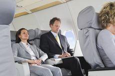 Bagaimana Etika Menurunkan Senderan Kursi Pesawat?