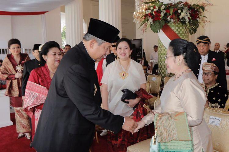 Presiden kelima RI Megawati Soekarnoputri dan Presiden keenam Susilo Bambang Yudhoyono sempat bersalaman dan saling menyapa saat keduanya hadir di Istana Merdeka, Jakarta, Kamis (17/8/2017). Kedua tokoh tersebut hadir di istana untuk mengikuti upacara peringatan hari ulang tahun Republik Indonesia ke-72.