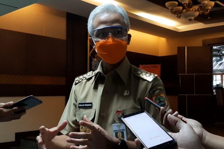 Gubernur Jawa Tengah Ganjar Pranowo usai memimpin rapat evaluasi penanganan covid-19 di Gedung A lantai 2 kompleks kantor Pemprov Jateng, Senin (3/8/2020).