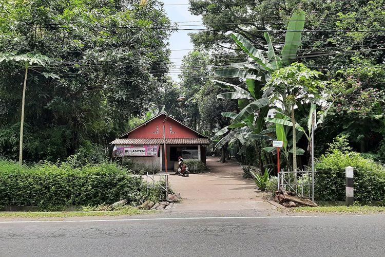 Posisi rumah Tukidi (70) yang nyempil di antara pagar hotel di Jalan Palagan Tentara Pelajar, Sleman