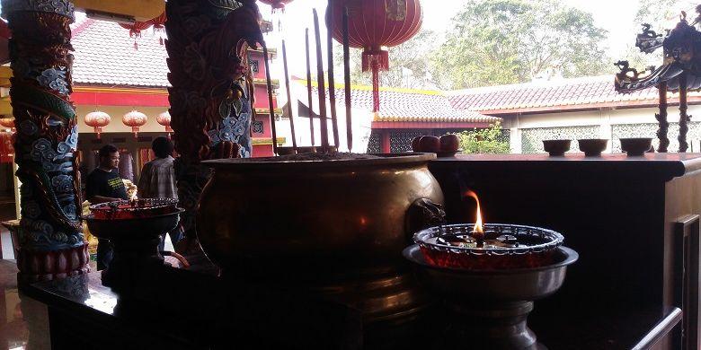 Tempat meletakkan dupa di Vihara Avalokitesvara, Kota Lama Banten.