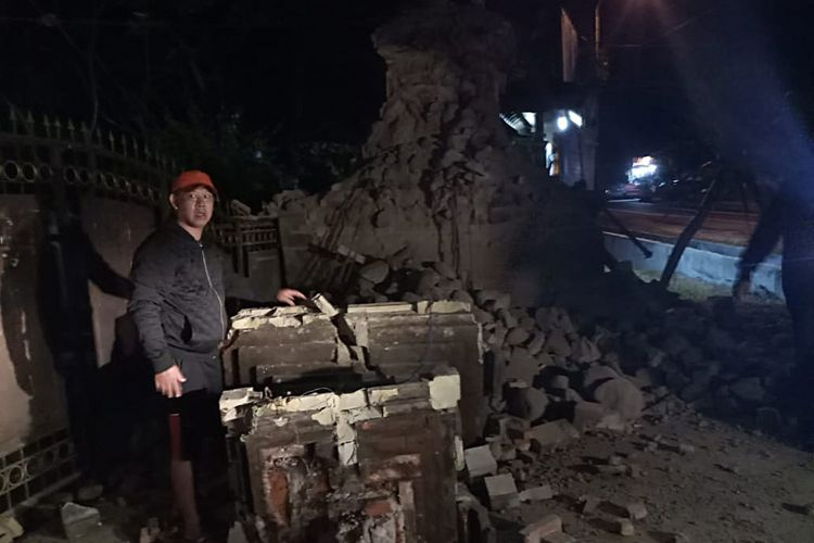 Warga menunjukkan bangunan yang rusak akibat gempa di Jawa Timur, Kamis (11/10/2018). Gempa berkekuatan 6,4 SR yang mengguncang Jawa Timur dan Bali tersebut menyebabkan sejumlah warga di Sumenep meninggal dunia akibat tertimpa bangunan yang roboh.