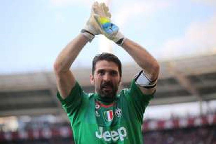 Penjaga gawang Juventus, Gianluigi Buffon, berhasil menorehkan rekor tak kebobolan di Serie A selama 973 menit.