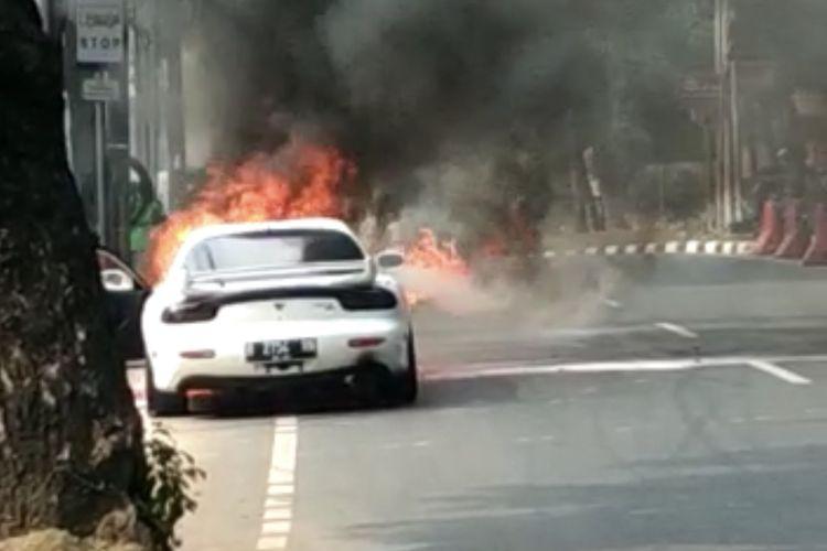 Sebuah mobil sedan Mazda RX-7 keluaran 1996 terbakar di Jalan Suryo, Rawa Barat, Kebayoran Baru, Jakarta, Kamis (6/8/2020) pukul 09.15 WIB.