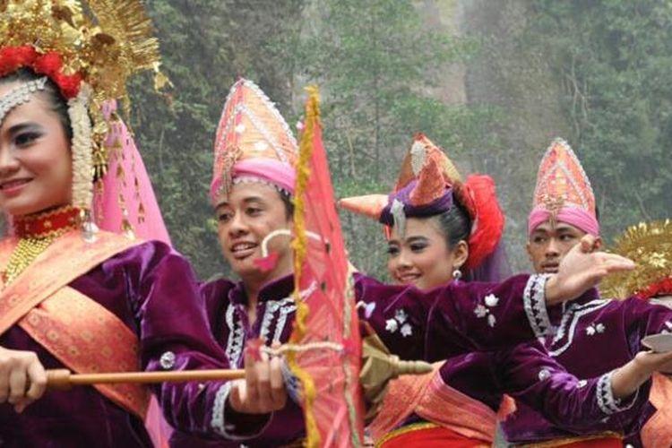 Keceriaan muda-mudi Payakumbuh, Sumatera Barat, saat menampilkan tarian tradisional menyambut peserta Tour de Singkarak (TdS) 2015.