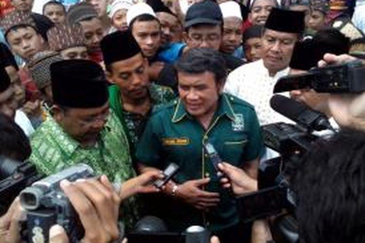 Calon Presiden dari PKB Rhoma Irama memberikan keterangan Pers kepada wartawan saat mengunjungi Pondok Pesantren Miftahul Huda,Manonjaya, Kabupaten Tasikmalaya, Kamis (20/3/2014).