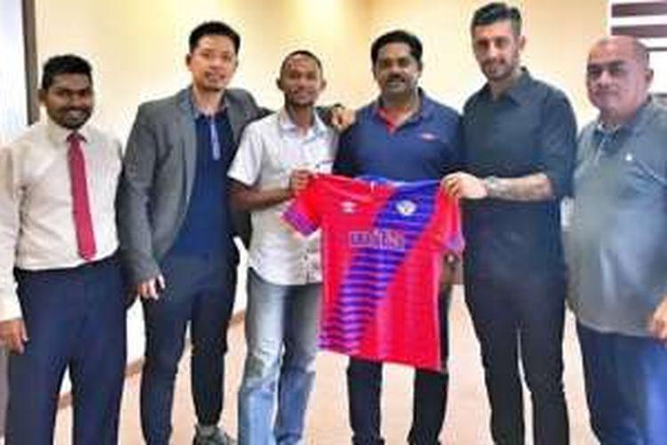 Winger Steven Imbiri (tiga dari kiri) dan bek tengah Alan Aciar (dua dari kanan) resmi diperkenalkan sebagai bagian klub promosi Liga Perdana Malaysia 2017, MISC-MIFA, di Kuala Lumpur, Selasa (17/1/2017).