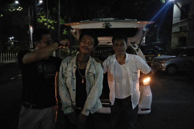 Polsek Pondok Aren mengkap IH, preman yang sebelumnya memukuli seorang pria bernama Fahri Dika (24). Pelaku yang melarikan diri ditangkap di jalan Petukangan Utara, Pesanggrahan, Jakarta Selatan, Kamis (21/11/2019).