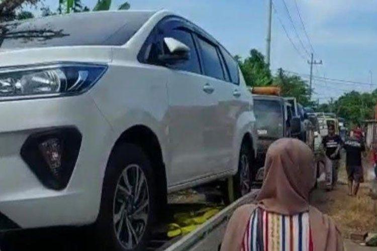 Warga Desa Sumurgeneng, Kecamatan Jenu, Kabupaten Tuban, beli mobil beramai-ramai.