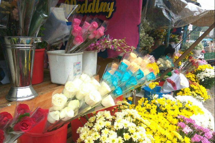 Kios milik Aang menjajakan berbagai macam jenis bunga di Jalan Kelapa Dua, Depok, Senin (12/2/2018).