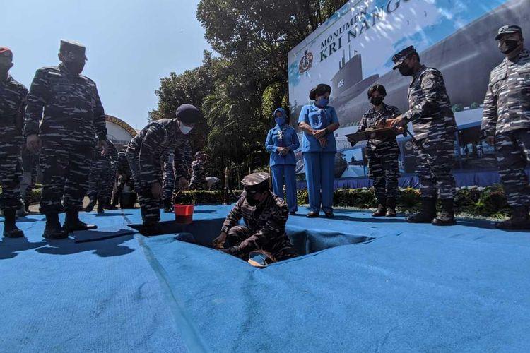 Kepala Staf Angkatan Laut (Kasal) Laksamana TNI Yudo Margono saat meletakkan batu pertama monumen kapal selam di Koarmada II, Surabaya, Kamis (3/6/2021).