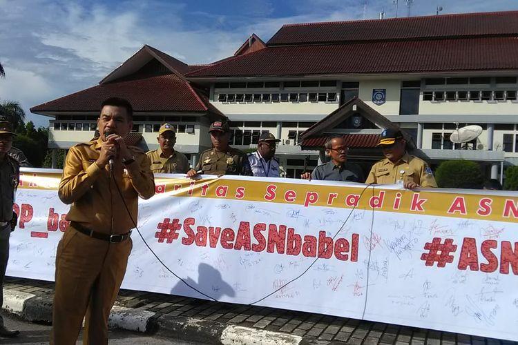 Spanduk berisi tanda tangan dukungan terhadap anggota Pol PP yang jadi tersangka karena menertibkan tambang ilegal di Sijuk, Belitung.