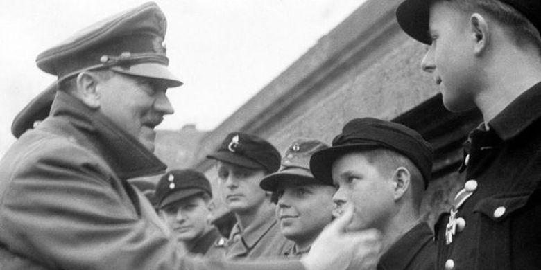Nazi mengerahkan kaum lansia dan anak-anak untuk mempertahankan ibu kota. Dalam foto ini terlihat Adolf Hitler memberikan medali kepada salah seorang serdadu berusia 12 tahun.