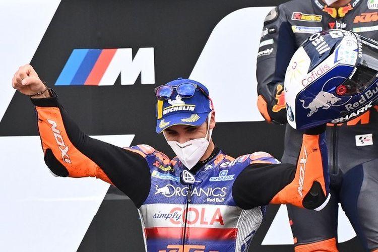 Rider Red Bull KTM Tech 3, Miguel Oliveira, merayakan kemenangan di MotoGP Styria di Red Bull Ring, Spielberg, Austria, pada Minggu (23/8/2020).