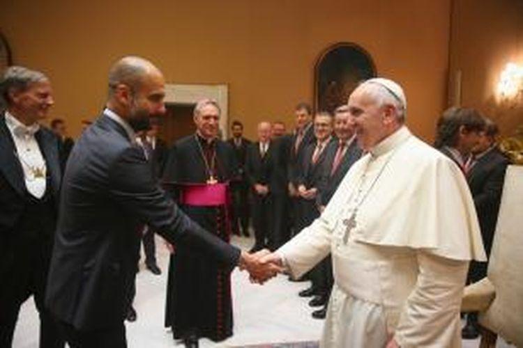 Paus Fransiskus menyalami manajer Bayern Muenchen Pep Guardiola di Vatikan pada Rabu (23/10/2014).
