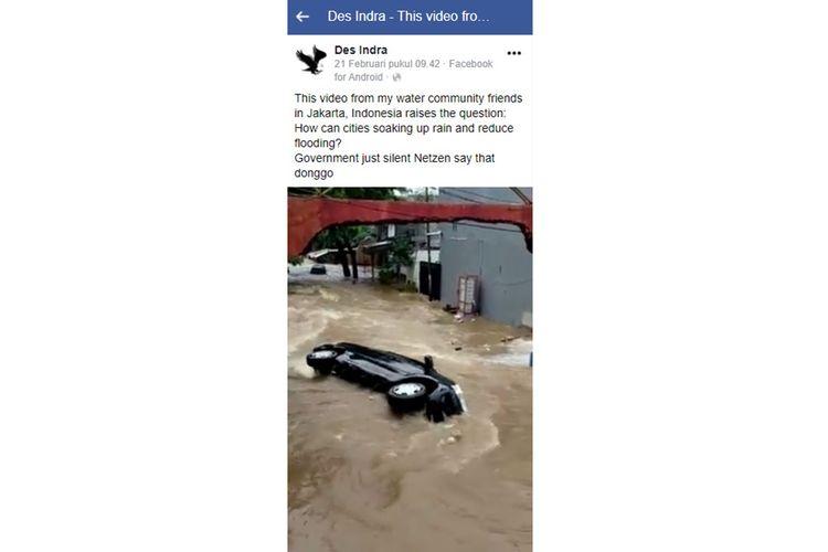 Tangkapan layar video yang menampilkan mobil berwarna hitam hanyut terbawa arus banjir.