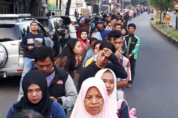 Ribuan warga Kota Bogor mengantre di Kantor Dinas Kependudukan dan Catatan Sipil (Disdukcapil) Kota Bogor untuk mengurus kartu tanda penduduk elektronik atau e-KTP, Selasa (3/7/2018). Sejak pagi, antrean warga yang mengurus e-KTP sudah mengular hingga mencapai kurang lebih satu kilometer, bahkan diantara warga ada yang memilih menginap sejak kemarin untuk mendapat nomor antrean.
