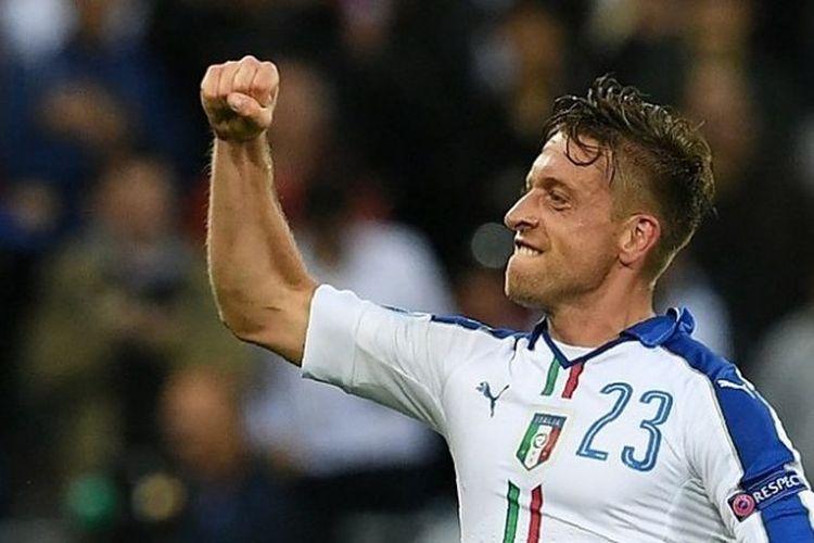 Gelandang timnas Italia, Emanuele Giaccherini, melakukan selebrasi usai membobol gawang Belgia, dalam laga Grup E Piala Eropa 2016 di Parc Olympique Lyonnais, Senin (13/6/2016) waktu setempat.