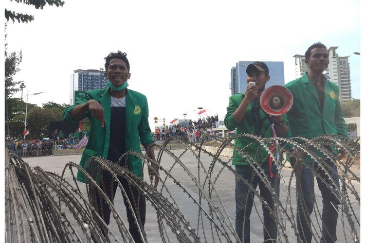 Sejumlah mahasiswa telah tiba di flyover Slipi, Jakarta Barat, Senin (30/9/2019). Mereka akan melakukan aksi unjuk rasa di depan Gedung DPR RI untuk menolak UU KPK dan RKUHP.