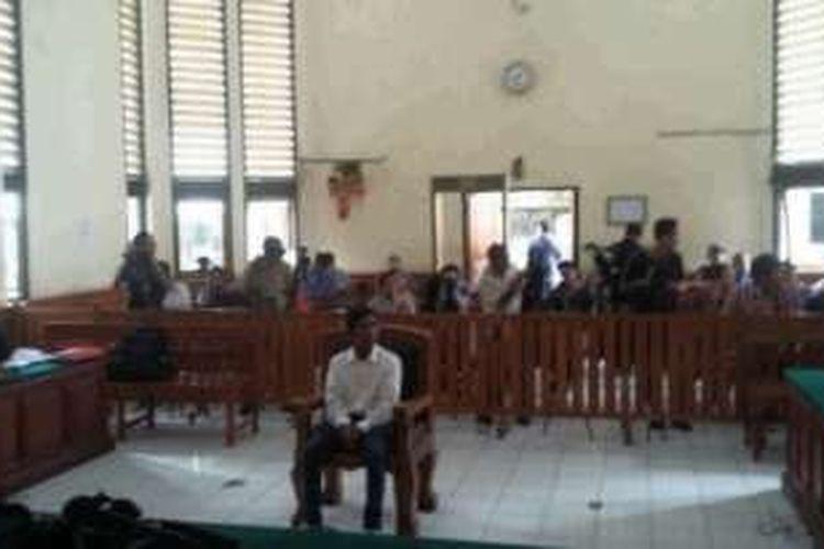 Majelis hakim perkara pembunuhan Engeline menjatuhkan vonis sepuluh tahun penjara kepada terdakwa Agustay Handa May, Senin (29/2/2016).