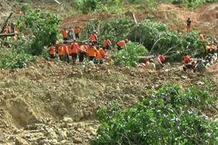 Suasana pencarian dua petani korban longsor di desa Karangpandan, Karanganyar, Jawa Tengah, Rabu (30/11/2016).