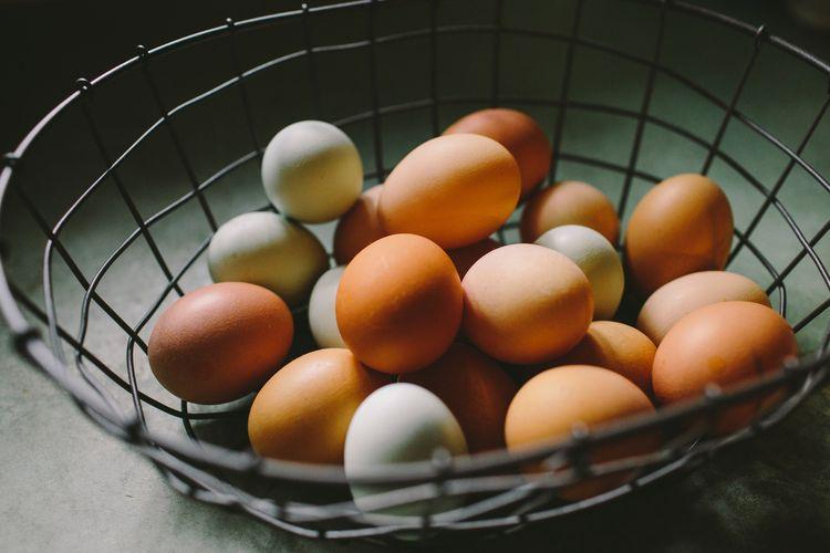 Suhu dingin kulkas bisa membuat putih telur terlepas dari cangkangnya.
