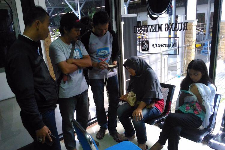 Heri Susanto (tengah), warga Kalisari Jalan Bendera RT 10/9 nomor 2 Jakarta Timur melihat rekaman CCTV yang tersimpan di ponsel di Stasiun Tugu Yogyakarta, Jalan Pasar Kembang, Kota Yogyakarta, Rabu (5/7/2017).