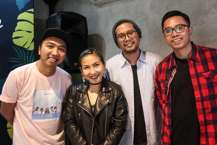 Grup band Ten2Five menghadiri Press Conference konser Teman Tapi Menikah di Falcon Picture, Mampang,Jakarta Selatan, Senin (17/2/2020). Konser Teman Tapi Menikah ini akan live di youtube Falcon Music pada tanggal 22 Februari 2020.