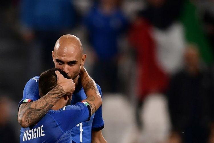 Simone Zaza merayakan gol Italia ke gawang Belanda bersama Lorenzo Insigne pada pertandingan persahabatan di Stadion Allianz, 4 Juni 2018.