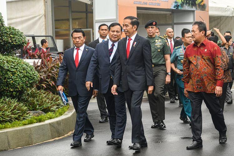 Presiden Joko Widodo (ketiga kiri) didampingi Menteri Pertahanan Prabowo Subianto (kedua kiri), Kepala Staf Kepresidenan Moeldoko (kiri) dan Wakil Menteri Pertahanan Sakti Wahyu Trenggono berjalan menuju ruang Rapat Pimpinan (Rapim) Kementerian Pertahanan, TNI dan Polri di Kantor Kemhan, Jakarta, Kamis (23/1/2020). Rapim Kemhan, TNI dan Polri Tahun 2020 mengusung tema Pertahanan Semesta Yang Kuat, Menjamin Kelangsungan Hidup NKRI. ANTARA FOTO/M Risyal Hidayat/wsj.