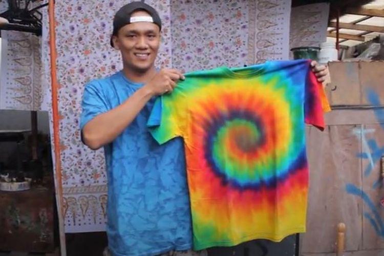 Surya Saputra, pengusaha kaus tie dye atau jumputan