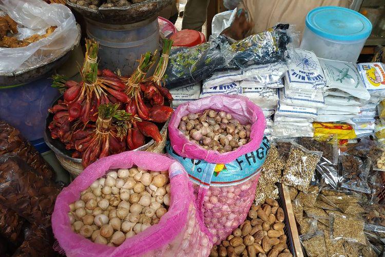 Bawang lanang di Pasar Mester Jatinegara, Senin (6/5/2019). Di saat harga bawang putih cutting melonjak, harga bawang lanang justru tengah merosot memasuki awal bulan Ramadhan.