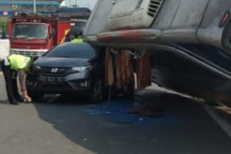 Kecelakaan bus dan mobil honda jazz di tol krapyak semarang, Kamis (10/6/2021).