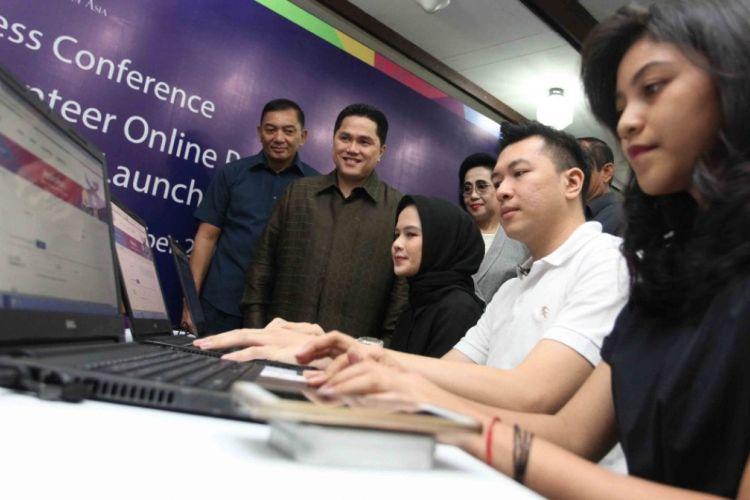 Ketua Inasgoc Erick Thohir (berdiri di belakang, kedua dari kiri) tengah memeriksa kesiapan website pada acara peluncuran situs resmi pendaftaran volunteer alias sukarelawan untuk Asian Games 2018 di Wisma Serbaguna Senayan, Jakarta, (18/9/2017).
