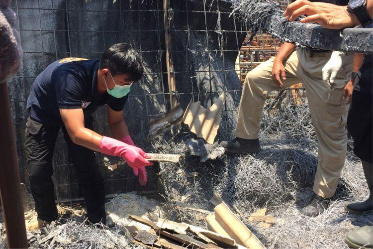 Jajaran Polres Metro Tangerang bersama tim DVI Polri melakukan olah TKP di pabrik mercon yang terbakar di Kosambi, Kabupaten Tangerang, Senin (30/10/2017). Dari proses olah TKP tersebut, ditemukan benda diduga tulang belulang manusia.