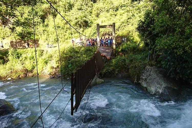 Jembatan gantung di Dusun Buka, Desa Siteba, Kecamatan Walenrang Utara, Kabupaten Luwu. Sulawesi Selatan menewaskan seorang warga yang melintas berboncengan, Rabu (08/04/2020).