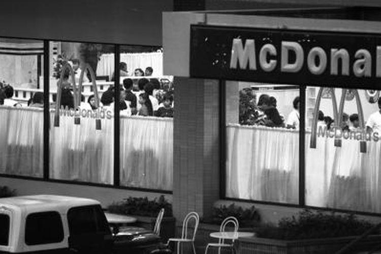 Restoran McDonalds di Gedung Sarinah, Jalan Thamrin banyak pengunjungnya (Foto diambil 29 Maret 1991). McDonalds merupakan waralaba rumah makan siap saji terbesar di dunia.