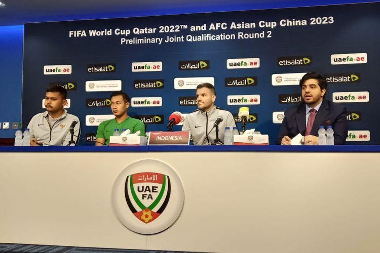Pemain timnas Indonesia, Hansamu Yama Pranata (kedua dari kiri) dan pelatih timnas Indonesia, Simon McMenemy (kedua dari kanan) menjawab pertanyaan dari media dalam jumpa pers sebelum laga lawan Uni Emirat Arab.