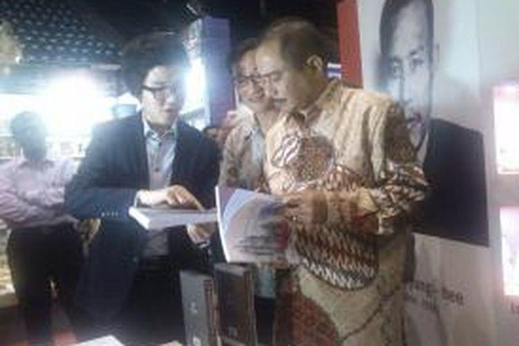 Kunjungan Menteri Pariwisata, Arief Yahya ke Indonesia International Book Fair (IIBF) 2014. Di sana, Arief sempat mengunjungi stand Buku Korea, Selasa (4/11/2014)