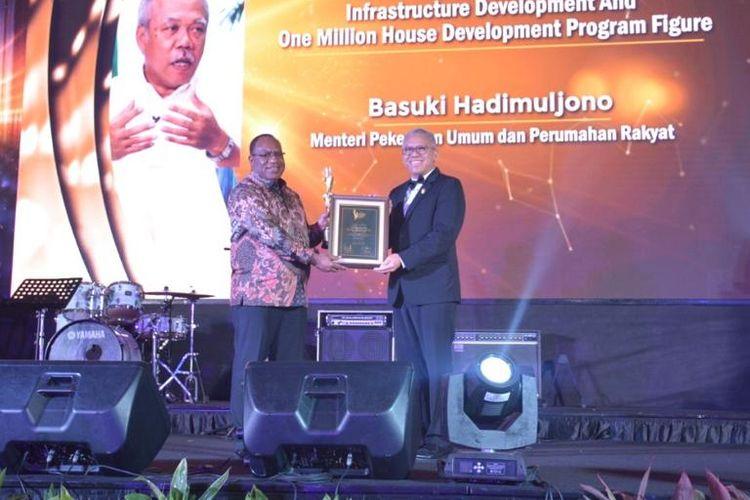 Amran Nukman, Ketua DPD REI DKI Jakarta, menyerahkan penghargaan Realestate Creative Awards (RCA) 2019 kepada Wakil Menteri Pekerjaan Umum dan Perumahan Rakyat (PUPERA), John Wempi Wetipo di Hotel Jakarta Intercontinental, Rabu, (20/11/2019) malam.