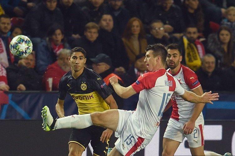 Ondrej Kudela membuang bola yang coba dikejar Achraf Hakimi dalam pertandingan Slavia Praha vs Borussia Dortmund dalam lanjutan Liga Champions di Stadion Sinobo, 2 Oktober 2019.
