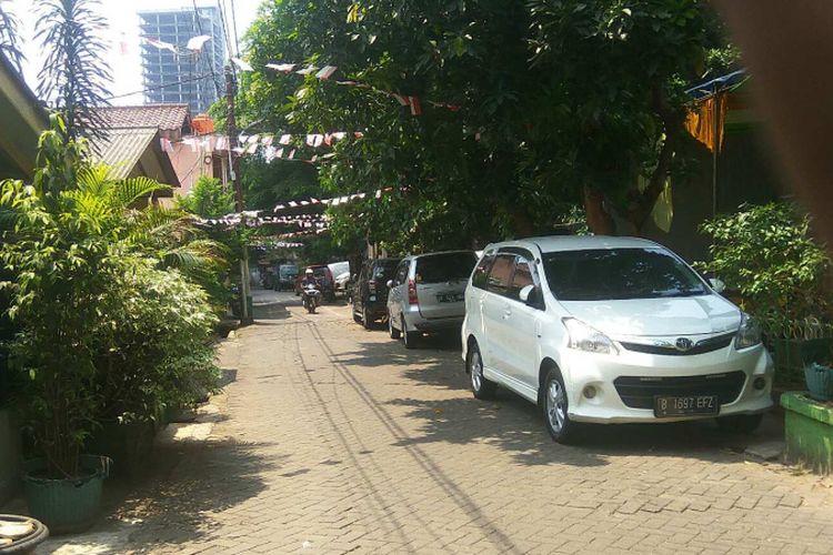 Mobil warga yang tak memiliki garasi terparkir di Jalan Pancoran Barat IX, Jakarta Selatan, Jumat (8/9/2017).