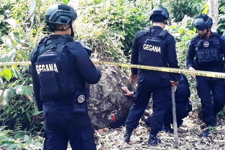 Tim Gegana Polda Sulsel melakukan penggalian terhadap benda berupa Mortir yang ditanam warga sejak 10 tahun silam di Kilometer 9, Kelurahan Latuppa, Kecamatan Mungkajang, Kota Palopo, Jumat (06/12/2019)